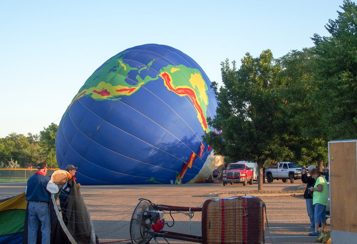 Balloon crews getting set up.